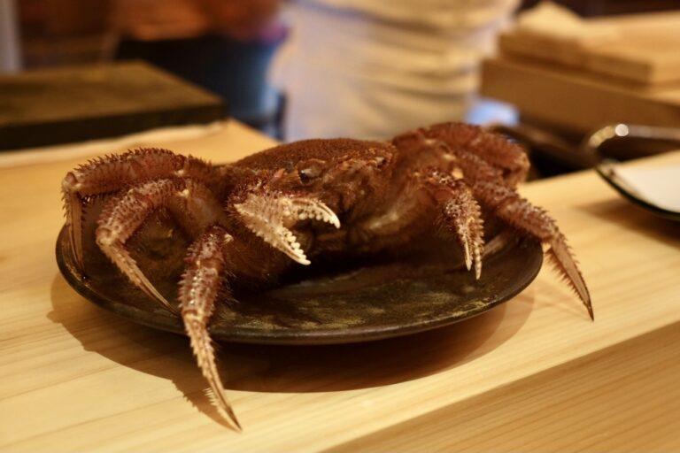 北海道紋別から直送される新鮮な毛ガニを丸ごと一杯使用。