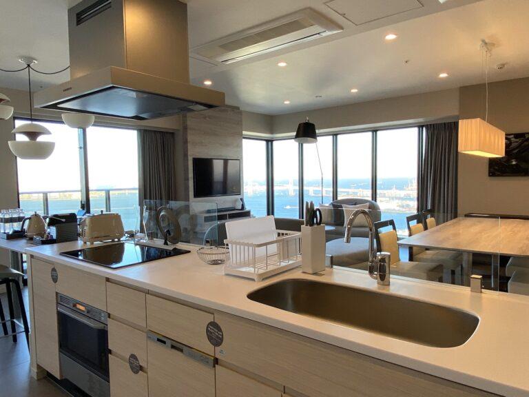 136㎡の「3ベッドルーム コーナースイート」。2面ガラス張りのリビングに、アイランドキッチンがドーンと鎮座。