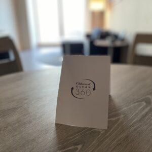 自宅のように安心してくつろげるよう、衛生管理も徹底。テーブル上に置かれた〈オークウッド〉の衛生管理プログラム「オークウッド・クリーン360」のカードは、隅々まで丁寧にクリーンアップされた証。