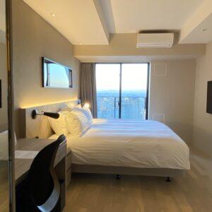 こちらのベッドルームもバルコニー付き。横浜市内でバルコニー完備の高層ホテルは希少!