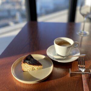 カフェタイムにはシェフのスペシャリテ、バスクチーズケーキを。瞬く間にとろりと溶ける、濃厚&クリーミーな口当たり。