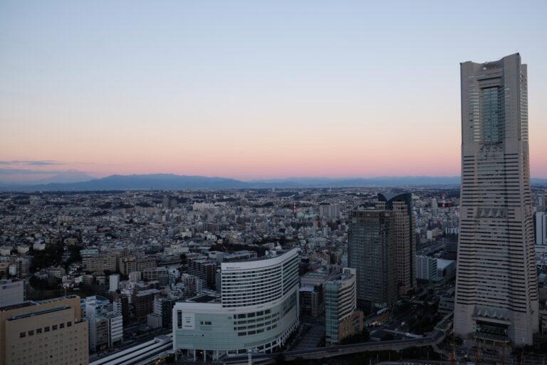 朝6時、バルコニーからの夜明けの眺め。〈横浜ランドマークタワー〉が目の前!