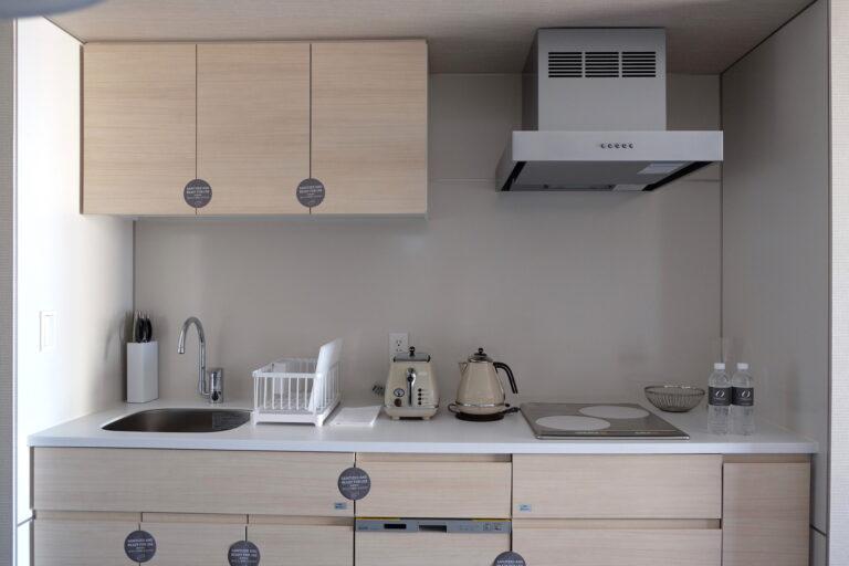 「1ベッドルームスイート」のキッチン。収納棚には調理器具や食器がギッシリ。