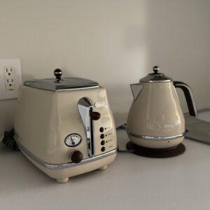 キッチンのポップアップトースターとケトルは〈デロンギ〉の「アイコナ・ヴィンテージ コレクション」シリーズ。カラーは「ドルチェベージュ」。レトロなフォルムがかわいい。