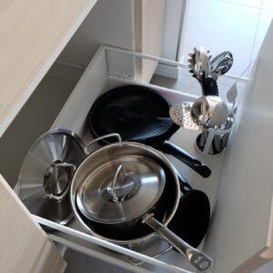 〈Fissler〉のフライパンや寸胴鍋、レードルなどのキッチンツールは〈WMF〉製と、トップメーカーのキッチン用品がズラリ。これは腕が鳴りますぜ!
