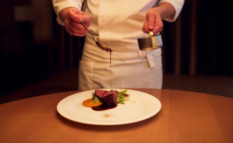自室で出張シェフのフルコースを。宿泊プラン「Stay&Dine」は1ベッドルームスイート1泊1室2名3万9204円〜(税サ込)。調理、テーブルセッティング、配膳、後片付けまでお任せ。
