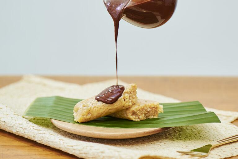 カカオ100%のタブレット状お菓子「タブレア」と、「AURO Chocolate」のカカオ64%のダークチョコレートを溶かし混ぜ合わせて作った特製ソース。フィリピンでは、ホットチョコレートにディップして食べることも。どちらもフィリピンで人気の商品です。