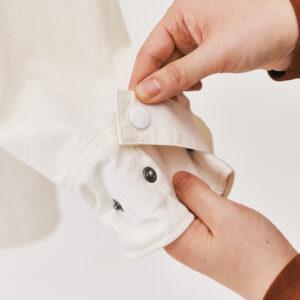 袖口には調節可能なゴムが仕込まれ、腕まくりしやすい。