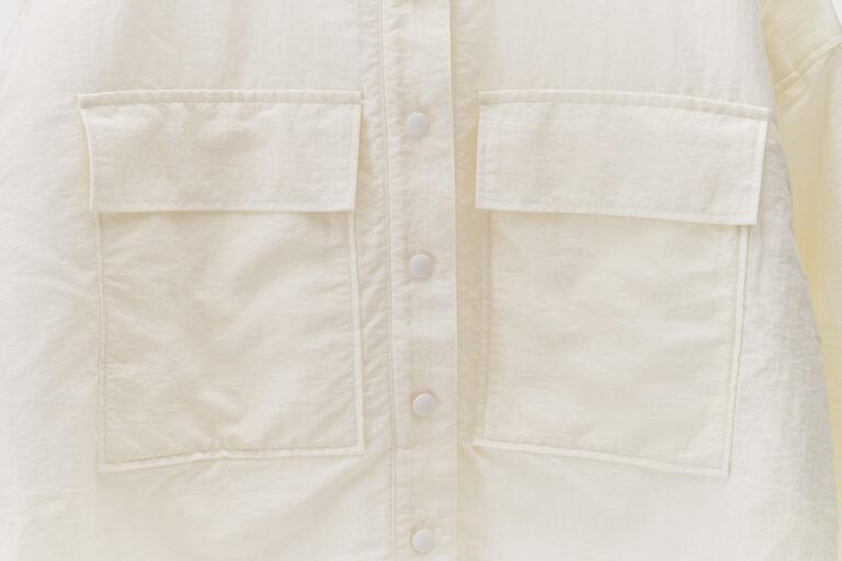 大きなポケットが胸のシルエットを隠してくれる。ボタンは間隔を狭めに配置し、安心感のあるデザインに。