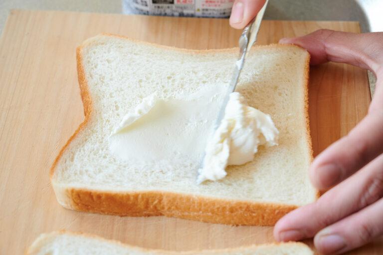 【POINT】パンを回転させ、隅々まで塗って。