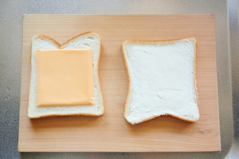 【POINT】もう1枚の食パンにはスライスチェダーチーズを。