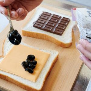 【POINT】スライスチェダーチーズの上に黒豆煮を。