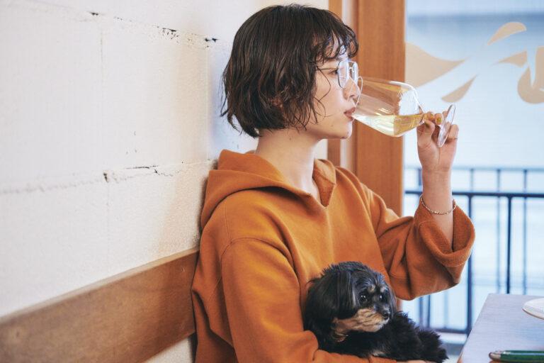 ワインは信頼している酒屋から、イタリアをメインに取り寄せているそう。「白ワインは久しぶり。レモンのような酸味が効いていて飲みやすいですね」(藤沢さん)。