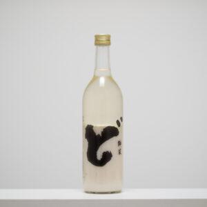 秋田県山本郡に位置する山本酒造店の「ど」。粗めのざるで濾して瓶詰め。どろりとした飲み口とプチプチとした発泡感で、冬の人気商品に。