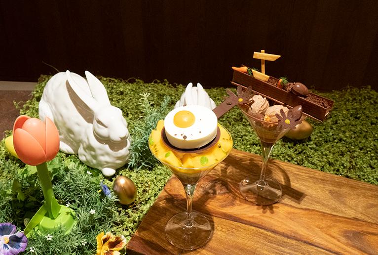 「イースター目玉焼きパフェ」(2,640円)と「うさぎとお花畑そしてたまごパフェ」(3,080円)。
