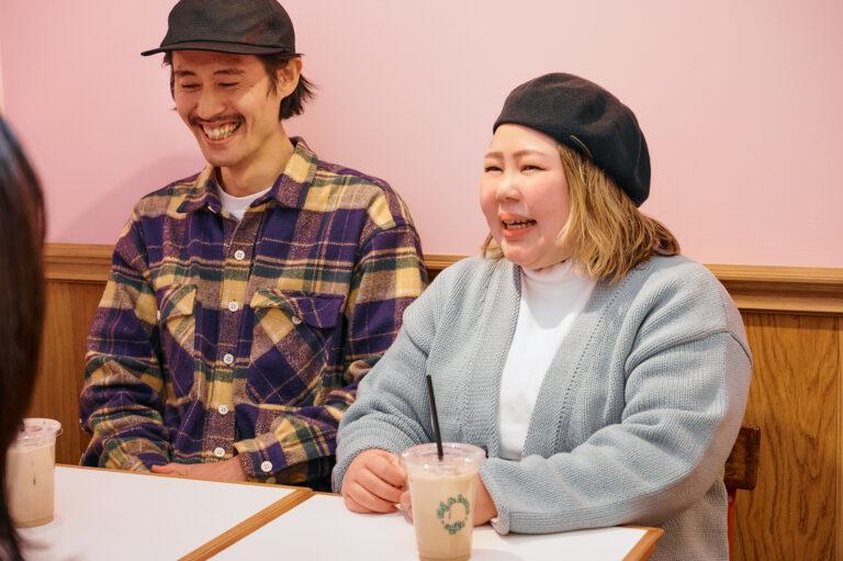 〈鶏革命団〉の鳥居大樹さん(左)と、土屋きみさん(右)。