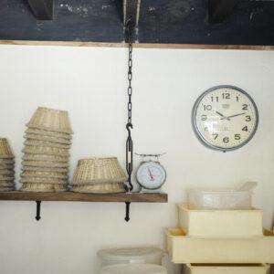吊り戸棚の上には、カンパーニュを成形するためのバヌトン(発酵カゴ)が。