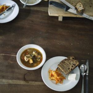 まかないは、パンと野菜スープ、キャロットラペ。妻の治恵さんはSNSにパンのある食卓をいつもアップしている。