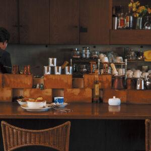 店名は「中庭」の意。店内のテーブル、椅子は同じものを直しつつ使い続けている。そんなアンティーク感も店の歴史を語ってくれる。
