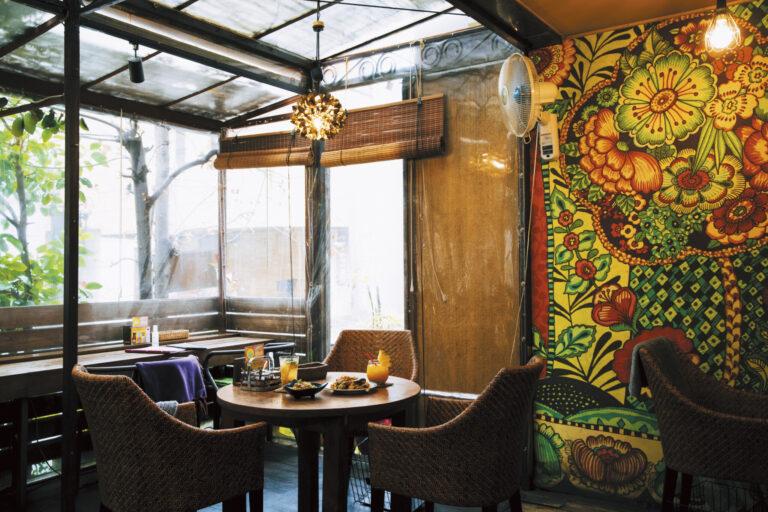タイのリゾートを感じながら寛げる〈アムリタ食堂〉のテラス席。メニューはタイの定番料理から海鮮料理まで豊富にそろっていて目移りしそう。『昔から家族で通っていた、懐かしいお店(トリンドル玲奈)』