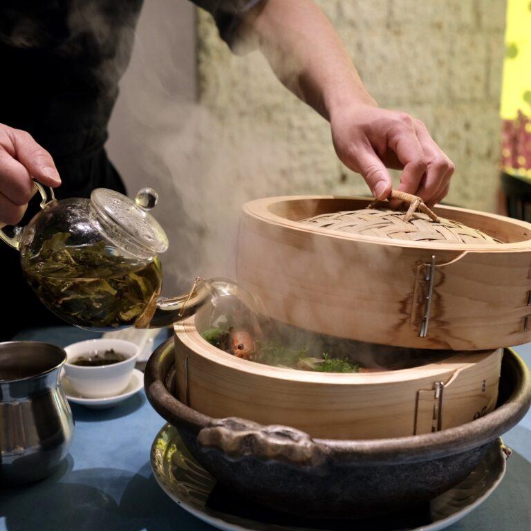 目の前で蒸籠に中国茶を注ぐので、かぐわしい中国茶の香りが漂う。