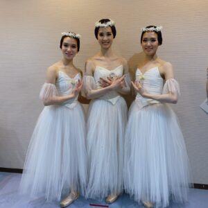 2日目のドゥ・ウィリを踊ったときの写真。私と中川美雪ちゃん(右)がドゥ・ウィリでした。真ん中にいる方は私たちが演じたウィリたちの女王、ミルタ役の政本絵美さんです。