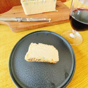 バスクチーズの次はコレ!?高級チーズを贅沢に使用した〈Ao〉の「生ブルーチーズケーキ」〜眞鍋かをりの『即決!2,000円で美味しいお取り寄せ』~