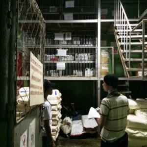 薬品の保管倉庫にて、専任担当者が内部監査を受けている様子。