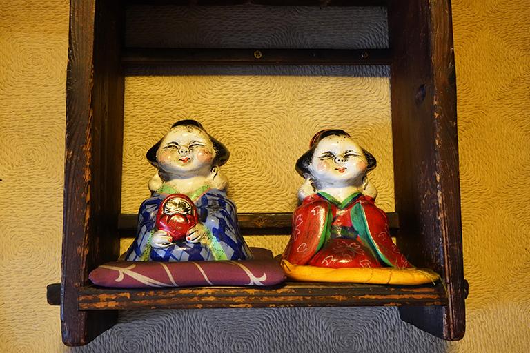 入り口側にあるお福さん人形がキュート。