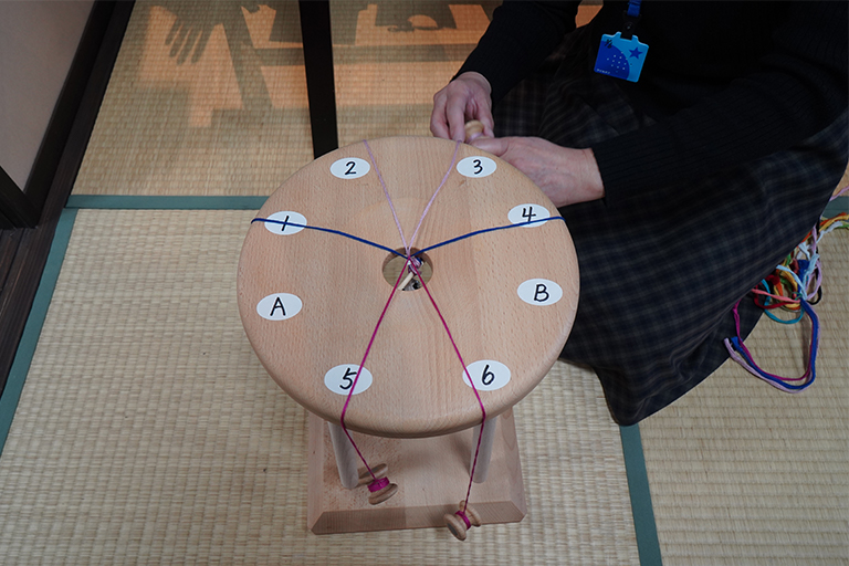 組紐作りは複雑そうですが、やってみるとすぐ慣れます。