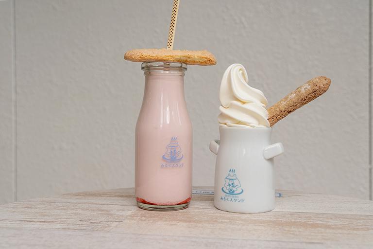「いちご牛乳」(左)、「下呂温泉プリンソフト」(右)各480円。