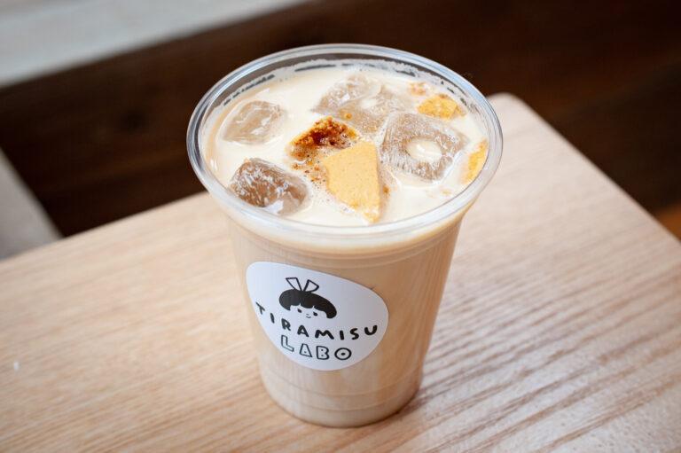 ドリンクメニューにも注目を。こちらはサクっとした食感のダルゴナをトッピングした「ダルゴナコーヒー」500円。ダルゴナのドリンクは、韓国で大人気となっています。
