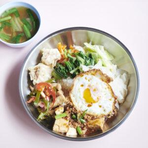 イートインのランチは丼式で。写真は選べるメイン3品とおまかせ惣菜4品で1,350円。スープかドリンク150円~を注文して。