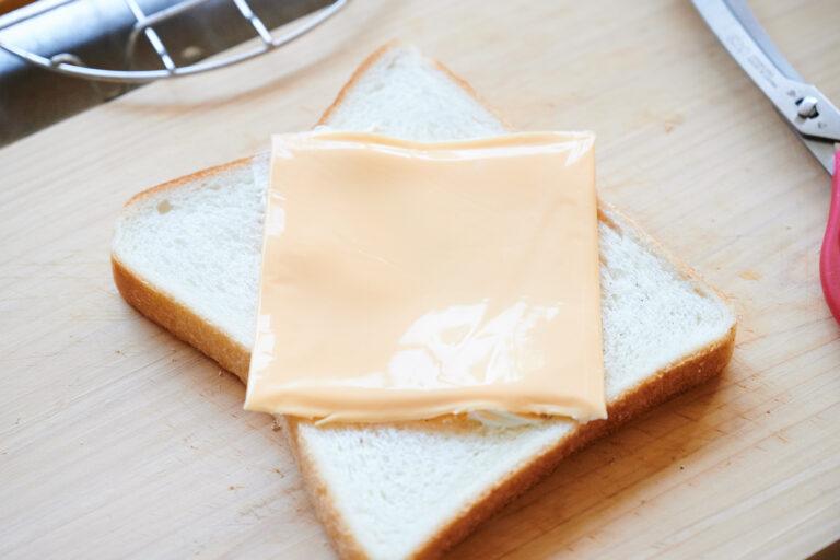 【POINT】スライスチェダーチーズはひし形にのせて。
