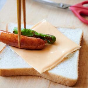 【POINT】クリームチーズのラインに沿って並べる。
