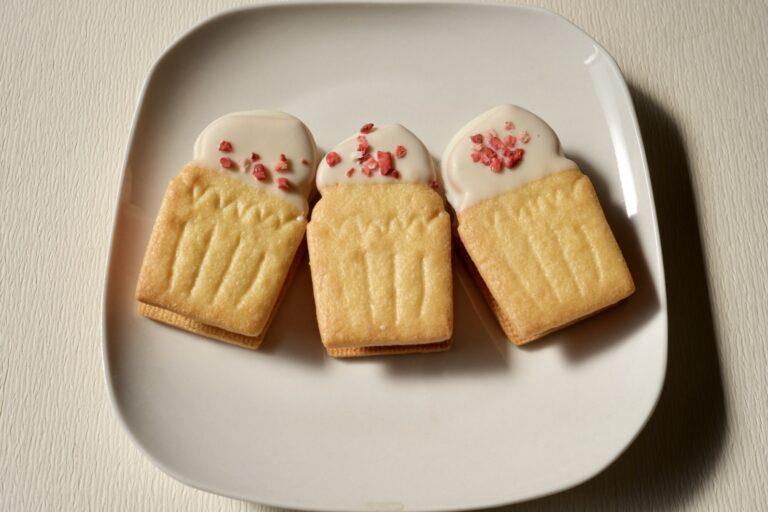 ホワイトチョコとイチゴのフリーズドライもトッピングされた、カップケーキ型のキュートなビスケット。