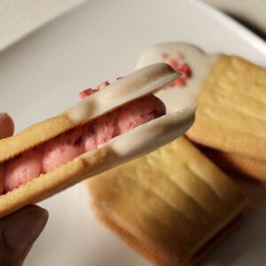 イチゴとラズベリージャムを加えたバタークリームは鮮やかなピンク色!