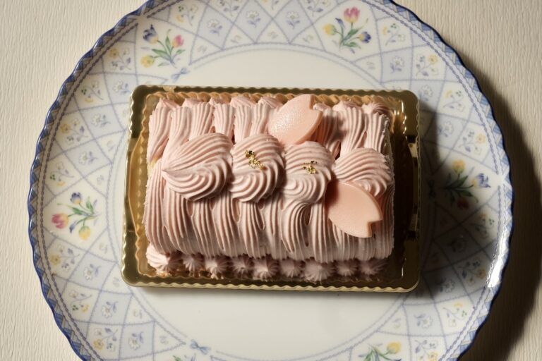 「桜と苺のシャンティイロール」1個1,944円。