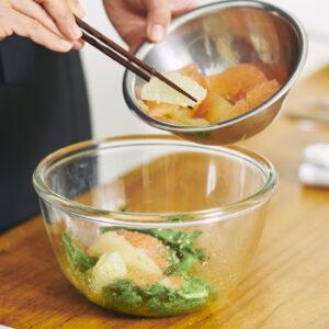 グレープフルーツの果肉は崩れやすいため、そっと入れること。
