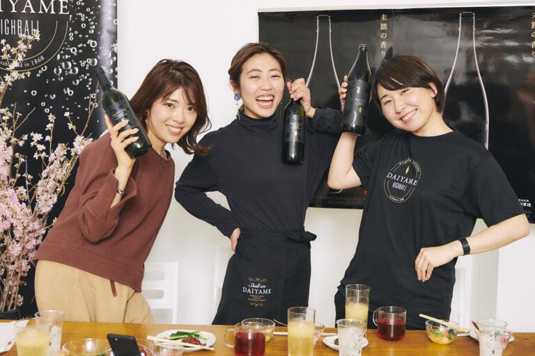 細川さんと伊藤さんは、「だいやめ」特製のエプロンとTシャツを身につけて。
