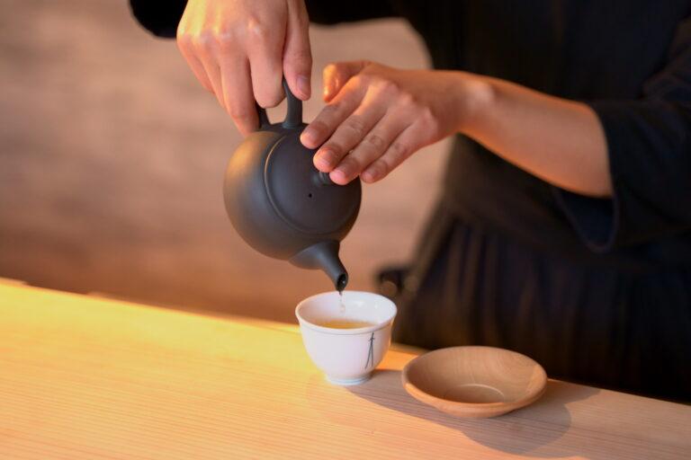 茶器はオーナー自ら日本各地へ足を運んでセレクトしたこだわりのもの。いろんな種類があり、気分によって選べます。お気に入りの茶器で飲むお茶は特別です。