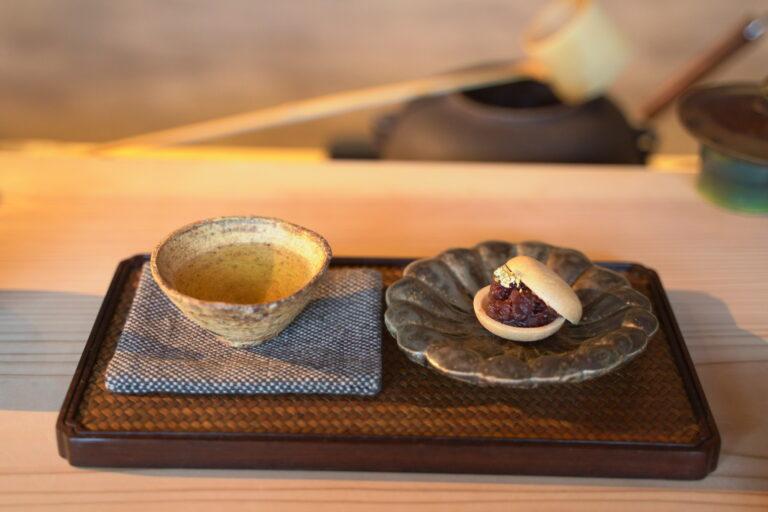 「日本茶と和菓子付き」880円~。この日合わせたのは最中。