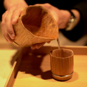 食事の前に、比叡山の杉の器に米原のお水を入れて、飲んで清めます。