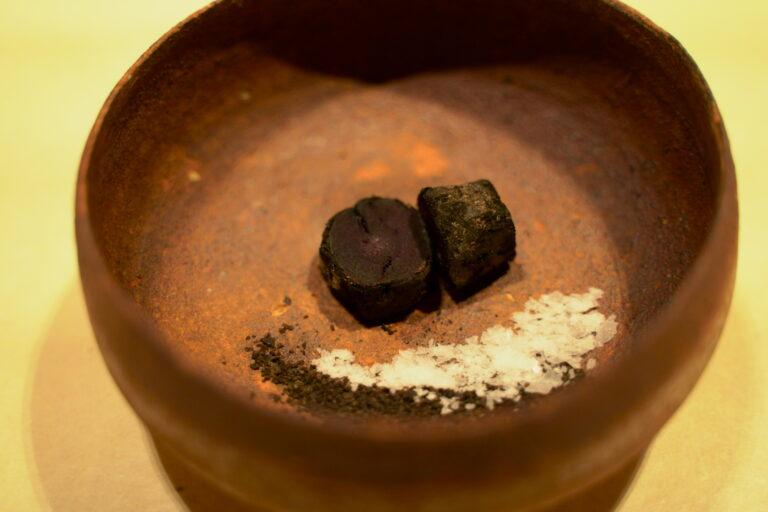 黒人参を炭火で焼いたものに、土のお塩を添えて。