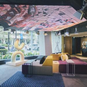 LEDアートが出迎えてくれる、独創的な空間でチェックイン。フロントロビーと一体化したラウンジは「人と人が出会う場所」をテーマに、新進気鋭のアーティスト作品の展示や、ビジターも利用できる電源付きのミーティングテーブルも用意。アーティスティックな空間に心が躍る。