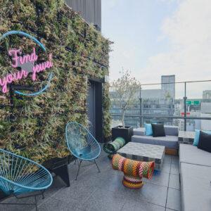 ひとりを満喫する「ソロ泊」に!空間丸ごと楽しめるアートなホテル〈Aloft Tokyo Ginza〉へ。