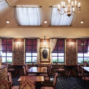 ヨーロッパの邸宅をイメージさせる2階席。天窓があって明るく、マントルピースも優雅な雰囲気を演出している。