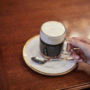 深煎りの熱々コーヒーに冷たいクリームを浮かべたウィンナーコーヒー1,060円(税込)。底にはザラメが忍ばせてあり、味の変化を楽しめる。