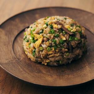 メンマを使って簡単コクうまチャーハン。「豚バラ肉と延岡メンマのピリ辛炒飯」のレシピ