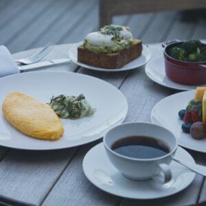 自分好みにカスタムを楽しむ。朝食は、アボカドトースト2,400円やお好みの卵料理2,300円など、アラカルトメニューから自分好みにカスタムできる。